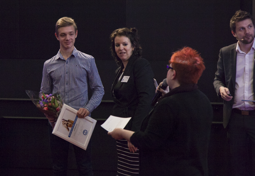 Carl Wilhelm mottar diplom og blomster under prisutdelingen på Best i Tekst-konferansen 22. januar.