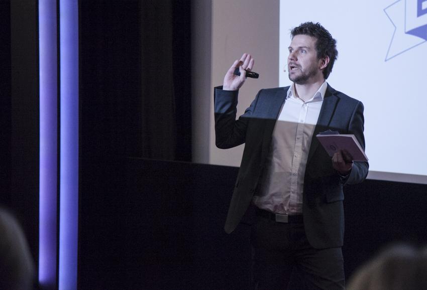 """KOMIKER OG FORFATTER: André Ulveseter er mannen bak Facebook-fenomenet """"Ett ord – bilder i kampen mot særskrivingsfeil""""."""